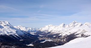 Landskap för panoramavinterberg med maxima och sjöarna nära St Moritz i bakgrunden arkivbild