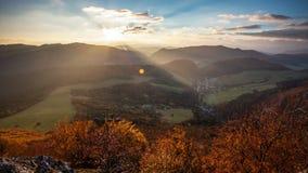 Landskap för panorana för Slovakien skoghöst med berget på soluppgång, Tid schackningsperiod arkivfilmer