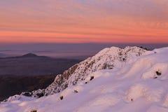 Landskap för solnedgång för himmel för vinterberg rött fotografering för bildbyråer