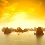Landskap för solnedgång för Vietnam Halong fjärd härligt Royaltyfria Bilder