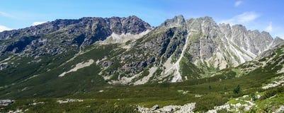 Landskap för stenigt berg med blå himmel i Vysoke Tatry Fotografering för Bildbyråer