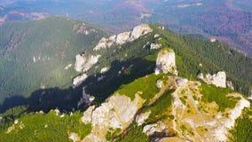 Landskap för stenigt berg för sommar och härligt landskap bakom stock video