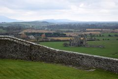 Landskap för stenvägg med den Hor abbotskloster royaltyfri bild