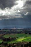Landskap för stormigt väder med härligt ljus Arkivbilder