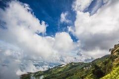 Landskap för vår för dimma- och molnbergdal Forested berglutning i lågt liggande moln royaltyfri fotografi