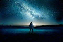 Landskap för Vintergatangalaxnattetid arkivfoto