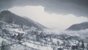 Landskap för vintersnöberg med smältande snowcap på förgrunden arkivfilmer