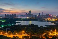 Landskap f?r Wuhan h?rligt stadsnatt i sommar arkivfoto