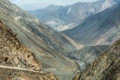 Landskap fotoet av den felika ängvägen till den Karakoram huvudvägen, Pakistan Royaltyfri Fotografi