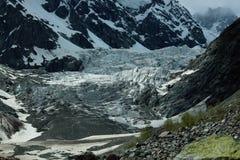 Landskap fotoet av glaciären i bergen av Georgia Arkivfoton