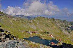Landskap från Balea sjön i Rumänien och Fagaras berg i sommaren Arkivfoton