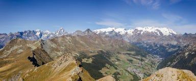 Landskap från det Zerbion maximumet, Monte Rosa Group i bakgrunden Ayas dal, Aosta, Italien royaltyfri bild
