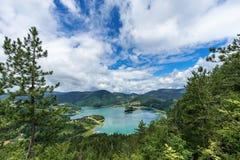 Landskap från höjden på Zaovine sjön i den Tara medborgaren royaltyfri bild