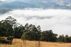 Landskap för molnmistdal Arkivfoto