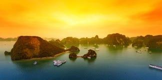 Landskap för solnedgång för Vietnam Halong fjärd härligt Royaltyfri Foto