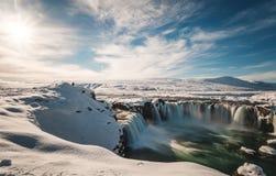 Landskap Godafoss vattennedgång på vintern i Island med ljust solljus royaltyfria bilder