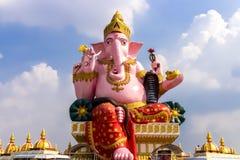 Landskap gränsmärke, staty, Ganesh, stor härlig rosa färg, samantempel, Thailand 14 September 2017 arkivfoton
