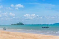 Landskap, hav, himmel, moln och fiskebåtar Royaltyfria Bilder