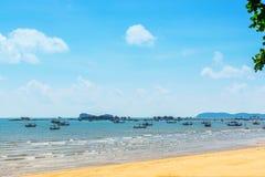 Landskap, hav, himmel, moln och fiskebåtar i Thailand Royaltyfri Bild