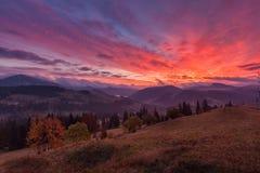 Landskap i bergen med dramatisk himmel Arkivfoton
