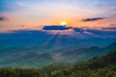 Landskap i bergen med solnedgången Arkivfoton