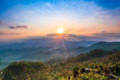 Landskap i bergen med solnedgången Fotografering för Bildbyråer