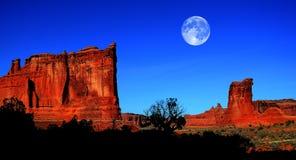 Landskap i bågenationalpark med fullmånen Arkivfoto