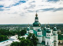 Landskap i Chernihiv med den forntida kyrkan Arkivfoto