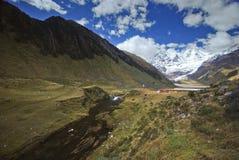 Landskap i Cordiliera Huayhuash av Peru Arkivbilder