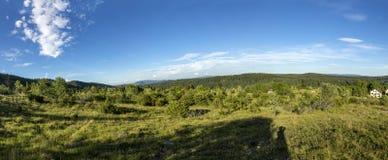 Landskap i den franska Jura regionen med gröna ängar och blått Royaltyfri Fotografi