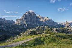 Landskap i Dolomites med blå himmel med moln, Cinque Torri område, Veneto, Italien Royaltyfri Bild