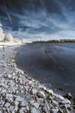 Landskap i infrared av på engelska bygd för sjö i sommar Arkivbild