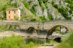 Landskap i Italien, gammal bro Royaltyfria Bilder