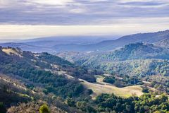 Landskap i Joseph Grant County Park på en molnig dag, San Jose, södra San Francisco Bay område, Kalifornien royaltyfri bild