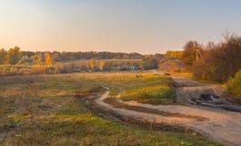 Landskap i lantlig by på nedgångsäsongen, Sumskaya oblast, Ukrane Arkivbilder