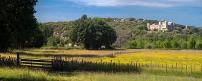 Landskap i söderna av Frankrike (Gard): bygd och slott Arkivfoton