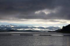 Landskap i sjön på Kanchanaburi royaltyfri foto
