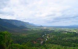 Landskap i Theni, Tamilnadu, Indien - naturlig bakgrund med kullar, grönska och himmel Royaltyfri Fotografi
