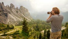 Landskap Italien, Dolomites - män som fotvandrar fotografen, tar en bild Royaltyfria Bilder