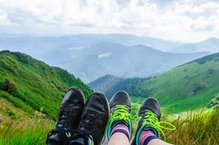 Landskap lopp, turism Ett par av fot i skorna mot bakgrunden av bergen Horisontal inrama Royaltyfri Bild