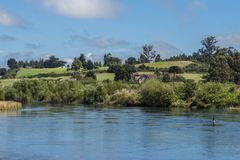 Landskap med ängar och floden i sydliga Chile arkivfoto