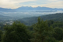 Landskap med Apuanian fjällängar i norr Tuscany, Italien, Europa Royaltyfria Bilder