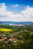 Landskap med berg, fabriken och järnvägen Arkivbilder