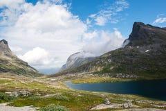Landskap med berg och bergsjön nära Trollstigen, Norge Royaltyfria Bilder