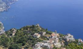 Landskap med berg och det Tyrrhenian havet i den Ravello byn, f.m. Arkivfoton