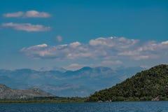 Landskap med berg på den skadar sjön i Montenegro arkivfoton