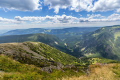 Landskap med berget och trevliga moln i Krkonose i Tjeckien Royaltyfri Bild