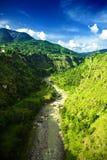 Landskap med bergfloden och blå himmel Royaltyfri Foto