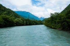 Landskap med bergträd och en flod Fotografering för Bildbyråer