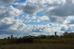 Landskap med blå himmel, moln och havet arkivfoto